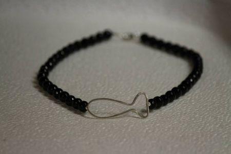gümüş balıklı siyah doğal taşlı kolye