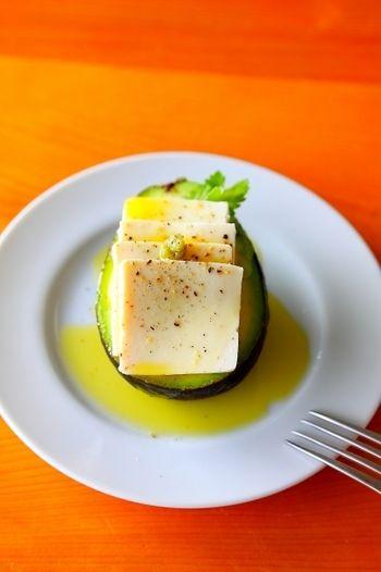 アボカドの上にスライスした塩豆腐をのせ、オリーブオイル、ひきたての胡椒をふりかけて作る「塩豆腐とアボカドのオリーブオイル和え」。おつまみにも良さそう…♪