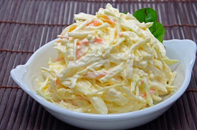 Salada de Maionese - 2 cenouras, 1 couve, 1 cebola, maionese e vinagre (ou limão para mim)