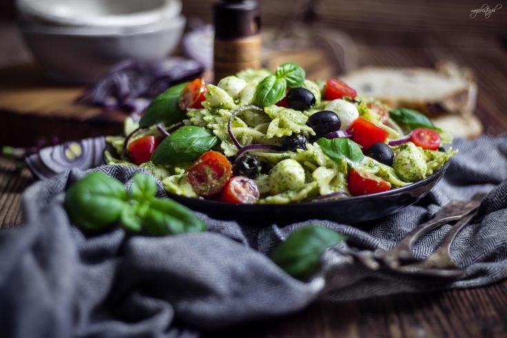 Sałatka makaronowa z mini mozzarellą, czarnymi oliwkami, pomidorkami i domowym pesto z rukoli. Pesto od zawsze robię sama, dlatego lubię z nim eksperymentować. Raz dodaję słonecznik, innym razem orzechy nerkowca. Czasem robię je tradycyjnie z bazylii, ale częściej kombinuję z dodatkami. Rukola świet