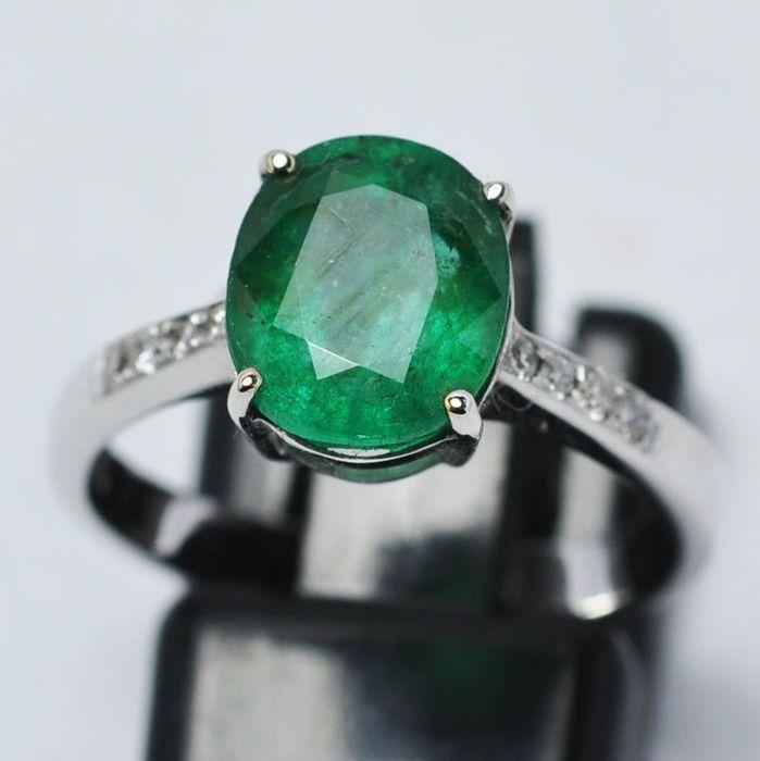 Gouden ring met natuurlijke smaragd en 8 diamanten - maat 14 (IT) / 17.2 mm  Ring gemaakt van 18 kt wit goud.Centrale emerald: 3.04 ct.Gewicht van goud: 3.65 g.8 natuurlijke diamanten op de zijkanten 1.10 mm x 8 0.9 ct in totaal G kleur SI duidelijkheid.Ring van grootte: 14 (Italië) binnendiameter: 17.2 mm.Smaragd: 950 x 8 mm.Het is een zeer gangbare praktijk voor de behandeling van edelstenen om hun helderheid of kleur te verbeteren. Het item in kwestie is in dit opzicht niet…