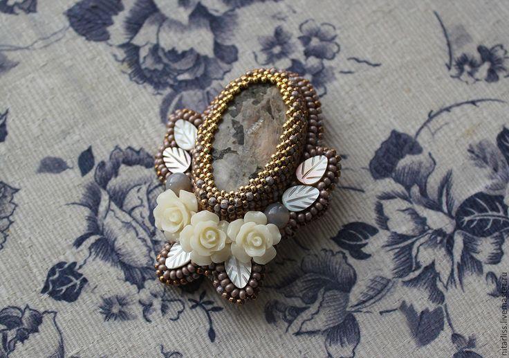 """Купить брошь """"Цветение"""" - бежевый, брошь, нарядная брошь, пегматит, перламутр, розы, цветы"""