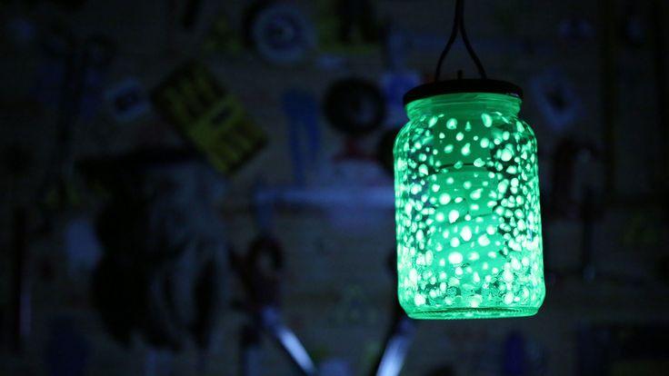Aprenda a usar tinta fosforescente para criar uma luminária super legal! Diga aos seus amigos que você conseguiu aprisionar algumas estrelas lá dentro. ;)