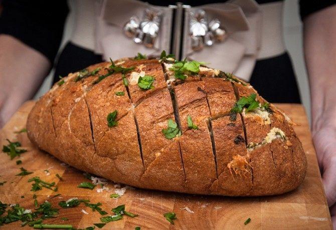Sajtos-fokhagymás kenyér recept képpel. Hozzávalók és az elkészítés részletes leírása. A sajtos-fokhagymás kenyér elkészítési ideje: 30 perc
