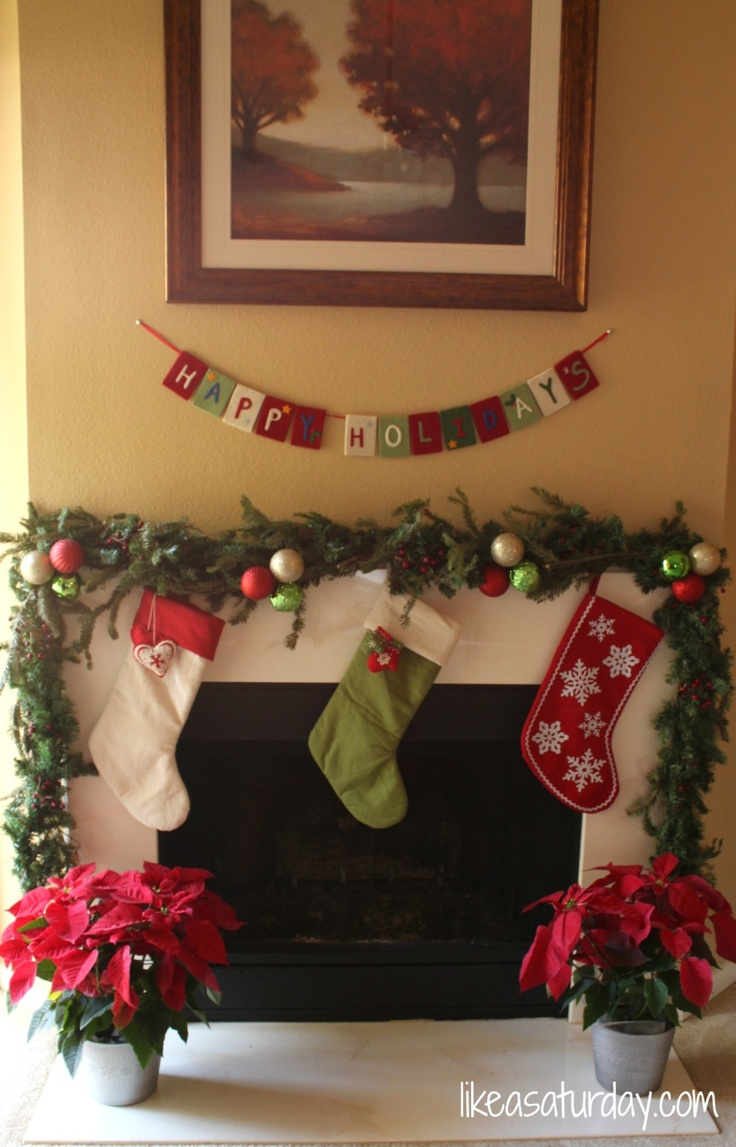 christmas garland around the fireplace dekoracija doma