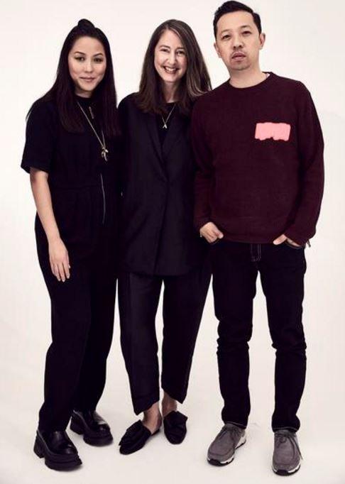 H&M, il celebre colosso della moda svedese low cost, ha annunciato in queste ore la sua futura collaborazione con una delle più importanti griffe dell'alta moda: Kenzo. La capsule collection è in programma per il prossimo autunno inverno 2016 2017, quando arriverà in alcuni selezionatipunti vendita intutto il mondo. Ecco tutte le anticipazioni sulla linea …