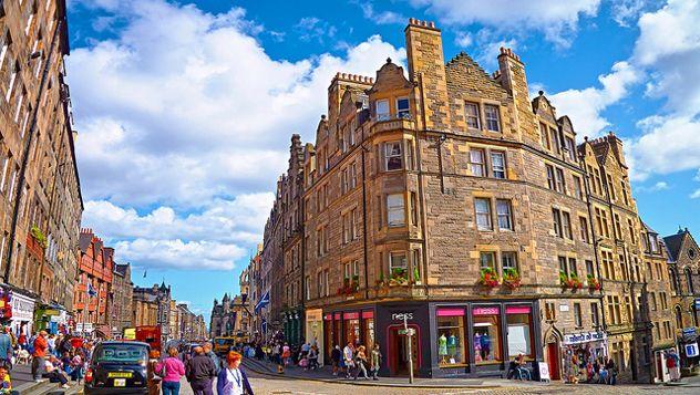 Edimburgo es una ciudad mágica, la bella capital de Escocia, vigilada por su imponente castillo, esconde un extenso casco antiguo que fue nombrado Patrimonio de la Humanidad por la Unesco en el año 1995, junto con el conocido distrito georgiano de New Town. http://lonelyplanet.es/blog-10-cosas-gratis-que-hacer-en-edimburgo-402.html