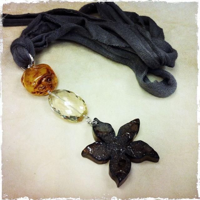Collana con fiore in agata, goccia in quarzo lemon e ambra, montati su argento, tubolare grigio di viscosa