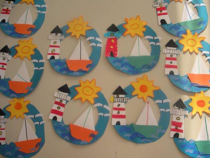 zee met zeilboot en vuurtoren