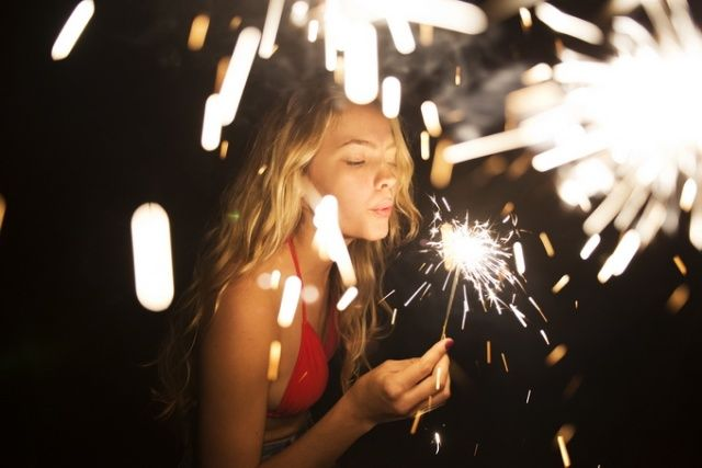 Sparkler senior pictures. Senior picture ideas for seniors with sparklers. Sparkler senior picture ideas. #sparklerseniorpictures  #sparklerseniorpictureideas #sparklerphotography