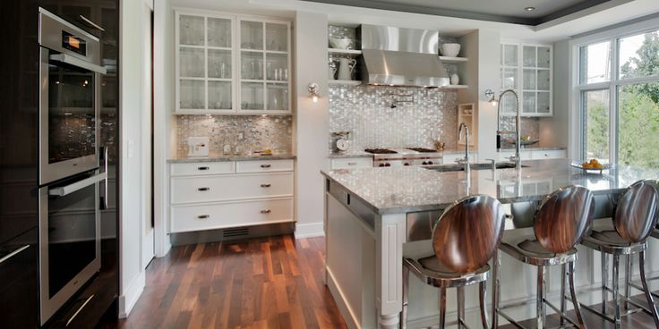 Irpinia Showcase.. Cabinets with glass doors are interesting.  Large stove.