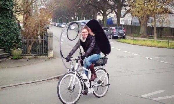 「Dryve」は、ゲリラ豪雨から守ってくれるかもしれない自転車用の屋根。8月にドイツで開催された自転車見本市「Eurobike 2014」で公開されました。