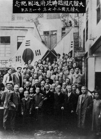 임시정부 주요 인사들이 1945년 11월 3일 중경 청사 앞에서 기념 촬영을 하고 있다. '대한민국 27년'이란 설명이 있다. (사진=김구재단)