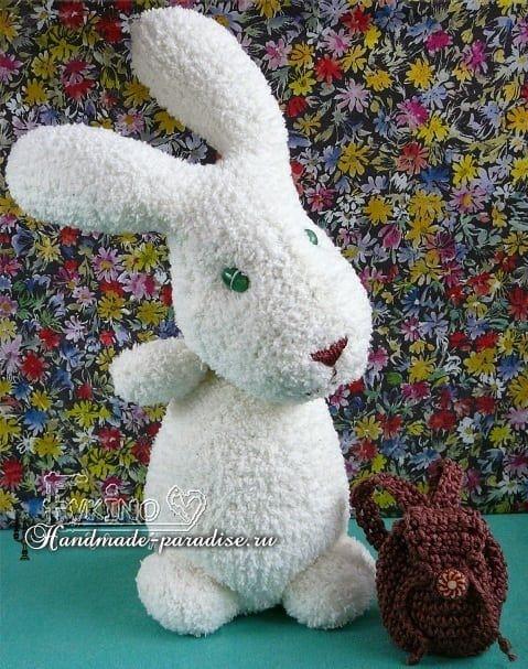 Zu Ostern kann man die wunderbaren Kaninchen aus Socken selber basteln. Schauen …