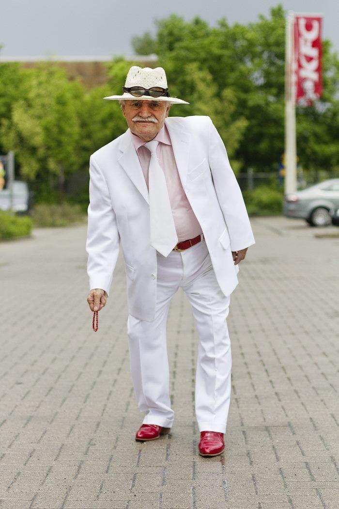 Hablando de estilo, muchos jóvenes cambian su guardarropa seguido, tal vez muy frecuentemente. Pero esto no es nada comparado con algunas personas de la tercera edad. ¿Así que piensas que tienes estilo? Tal vez deberías pensar de nuevo, porque el señor Ali, de más de ochenta años camina por las calles de Berlin con mucho estilo y sobretodo con un guardarropa muy variado.    Y eso que siempre solo lo captaron las cámaras de una fotógrafa dirigiéndose al trabajo. El señor Ali es Turco/Alemán y…