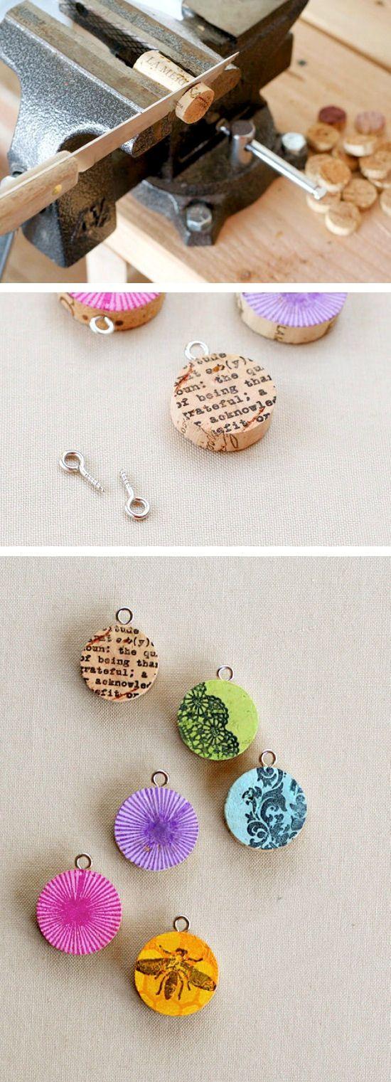 Gemaakt van kurken een leuk plaatje of foto erop een ketting eraan en klaar is je hanger.