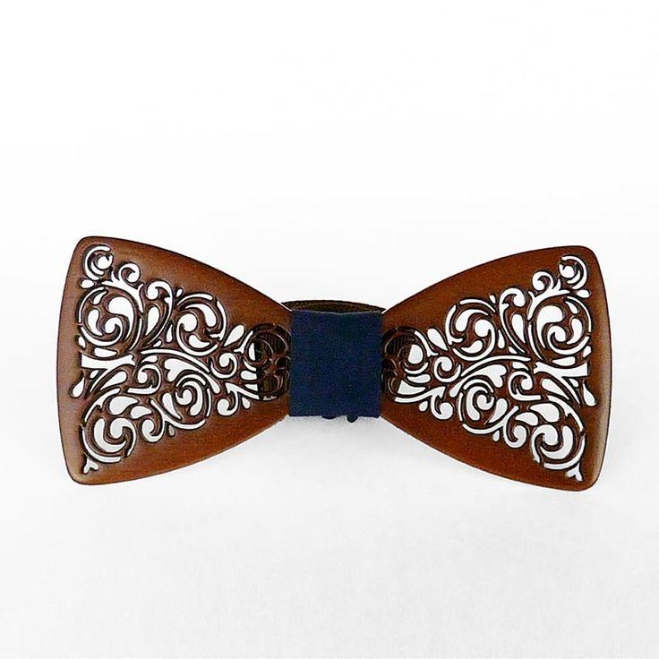 Прекрасная бабочка – галстук из древесины ольхи в форме классической бабочки, «крылья» которой вырезаны винтажными вензелями. Аксессуар покрыт экологически чистым лаком, придающим ему оттенок каштана, и украшен синей резинкой-перемычкой. Изделие выполнено в стиле унисекс, поэтому г