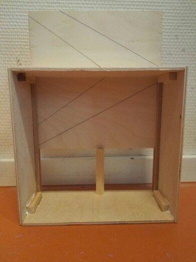 Ik heb de muren steviger en rechter gemaakt door middel van de kleine houten staafjes en ik heb ook een plank gemaakt die er in en uit kan schuiven.