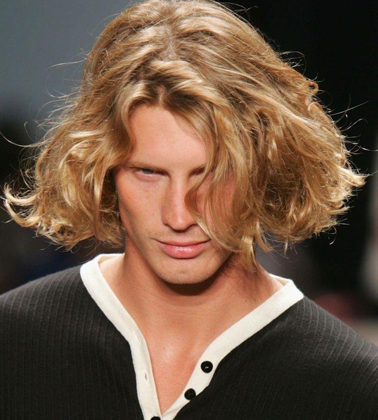 un'idea di taglio capelli uomo tutti pari, biondi e ondulati, occhi azzurri e labbra carnose