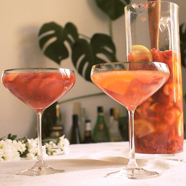 Blanda en enkel men frisk och god sangria på torrt rosévin och färska bär och frukter. Lätt recept på klassisk drink som endast tar några minuter.