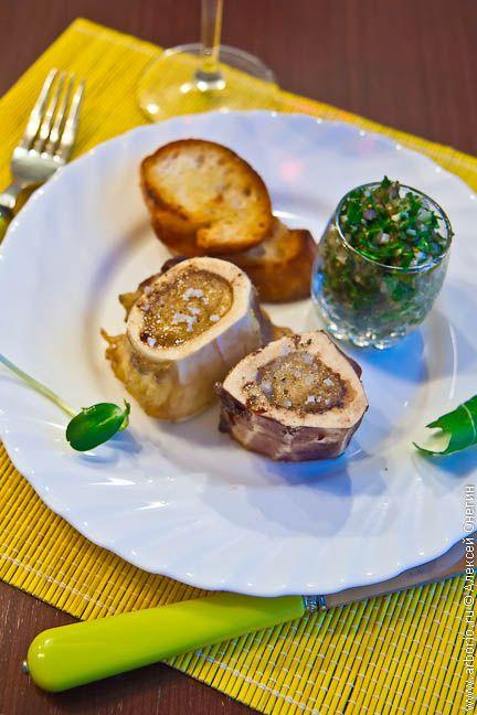 Запеченный костный мозг с салатом из петрушки | Кулинарные заметки Алексея Онегина