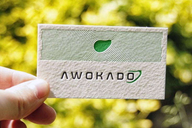 Niesamowite wizytówki letterpress z dominującym, zielonym akcentem. Wokół symbolu awokado wytłoczono fenomenalny, psychodeliczny wzór układający się w kształt rozchodzącej się fali. Przyjemne zarówno wizualnie jak i w dotyku.