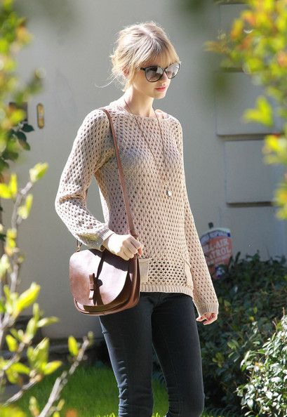 Taylor Swift looked effortlessly feminine in a blush loose knit sweater and skinny jeans.