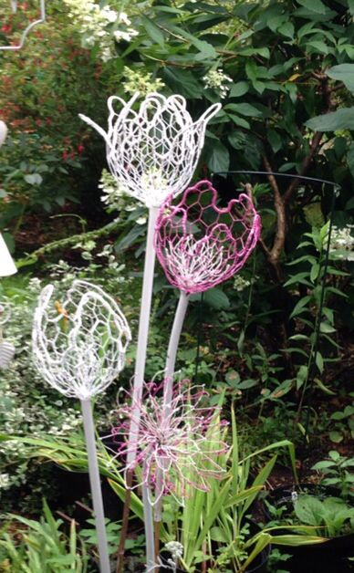Bloemen van kippengaas. Chicken wire flowers made by Johanna Langezaal