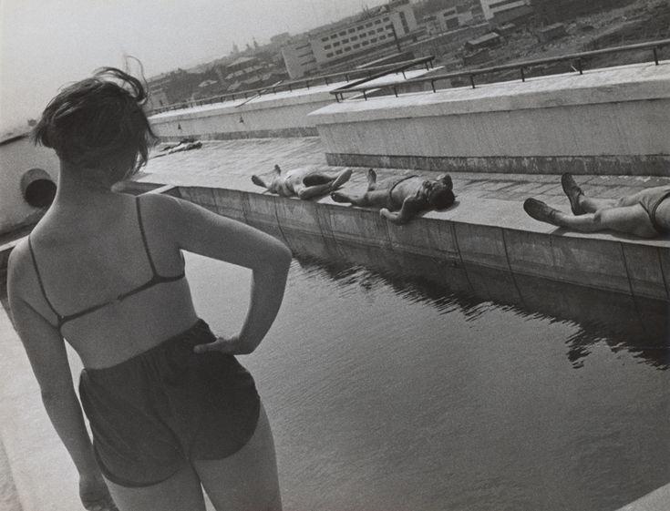 Esercizi mattutini sul tetto di uno studentato, Lefortovo, 1932. - (Aleksandr Rodčenko, V. Stepanova archive /Moscow house of photography museum)