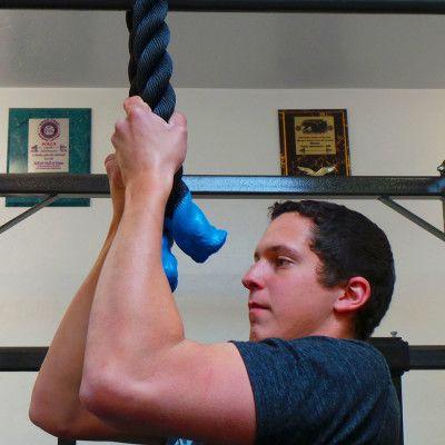 Tire hacia arriba de la cuerda de tríceps empuje hacia abajo