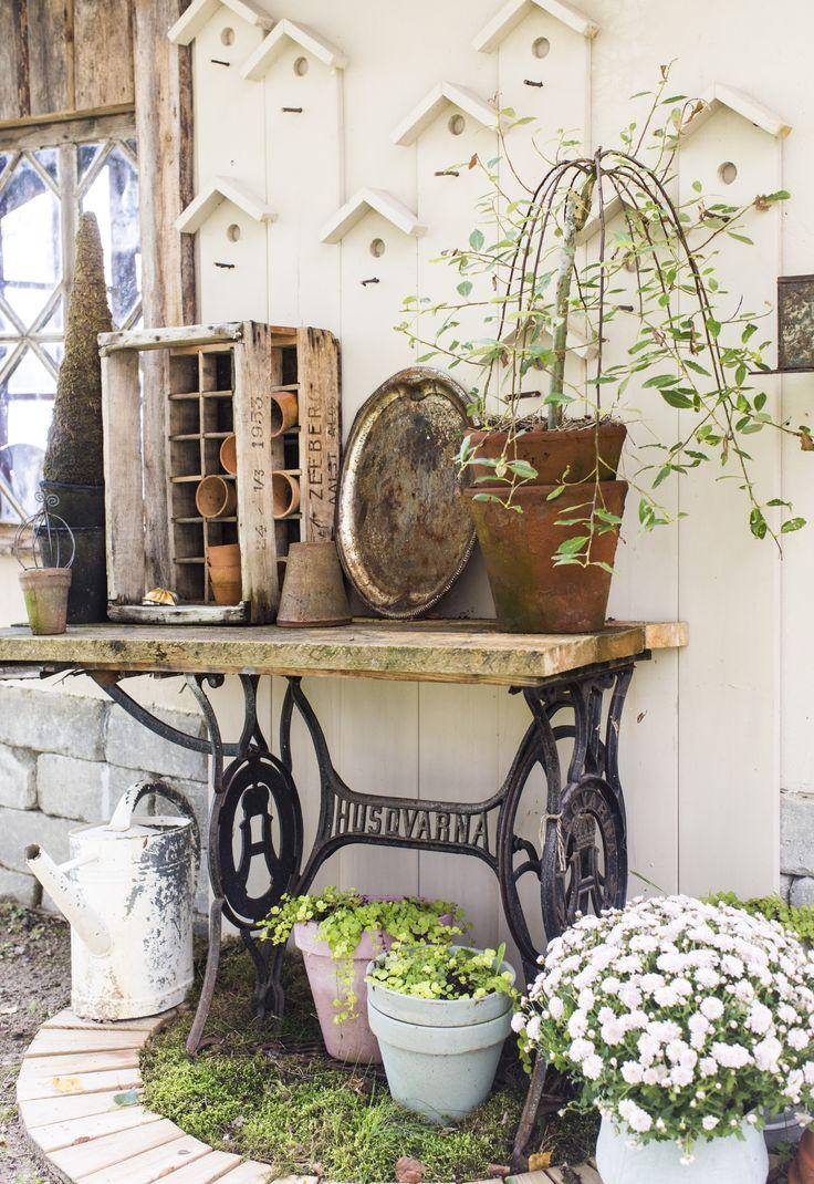 Kesäkeittiön seinustalla on vanhasta ompelukoneen pöydästä tehty ruukutuspöytä. Garden work table by wall of barbique hut. | Unelmien Talo&Koti Kuva: Hanne Manelius Toimittaja Ilona Pietiläinen