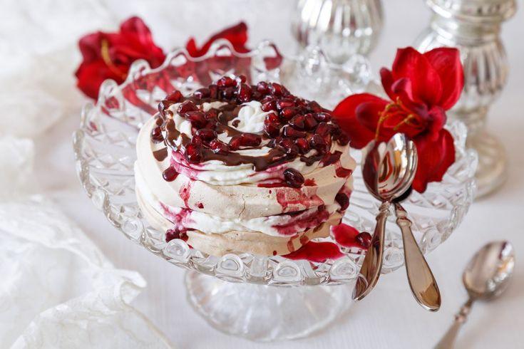 Luxusní minipavlovy ze zbylých bílků po pečení cukroví. Napéct je můžete dopředu a pak jen dozdobit čokoládou a sladkými semínky z granátového jablka. Na Štědrý večer luxusně dokončí vaši slavnostní hostinu.