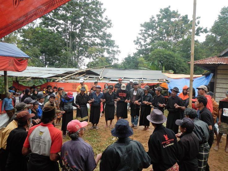 Ma'badong, sejumlah berdiri melingkar sambil berpegangan tangan, menari dan bernyanyi. Salah satu bagian penting dalam ritual rambu solo dalam komunitas adat di Toraja dan Patongloan, Kecamatan Baroko, Kabupaten Enrekang, Sulawesi Selatan. Foto: Wahyu Chandra