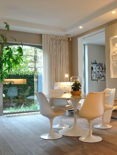 Deze Franse villa is helemaal mee met zijn tijd • Foto: TAIL Architectuur - www.tail.be (renovatie • woonkamer • leefruimte • houten vloer • padoek • spots)