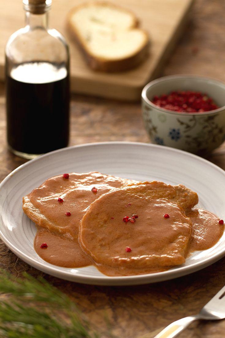 Scaloppine in rosa: un delicato e saporito secondo piatto, da servire in un'occasione speciale.   [Veal escalopes in pink sauce]
