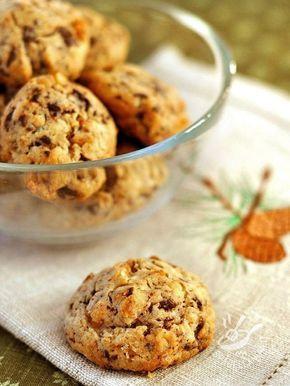 Cookies with nuts and chocolate - I Biscotti alle noci e cioccolato sono fragranti e gustosi, da conservare gelosamente in una scatola di latta un po' vintage. Da regalarsi, o regalare! #biscottinocicioccolato