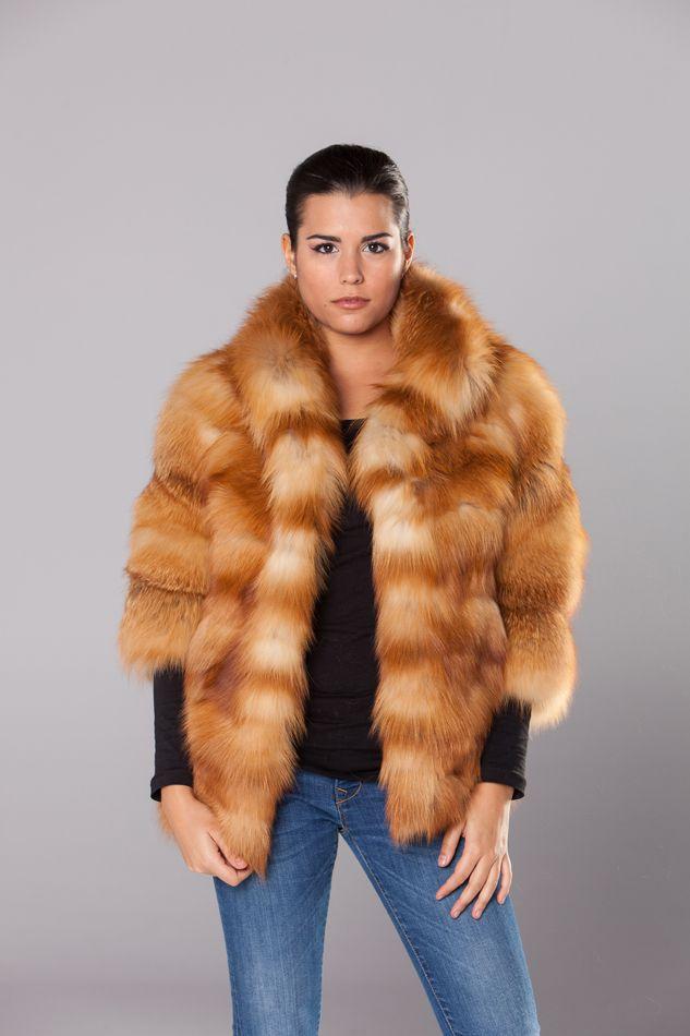 Chaqueta realizada en renard canada natural, trabajado en horizontal con manga francesa y cuello mao .Cierre con corchetes, bolsillos laterales y forro interior.