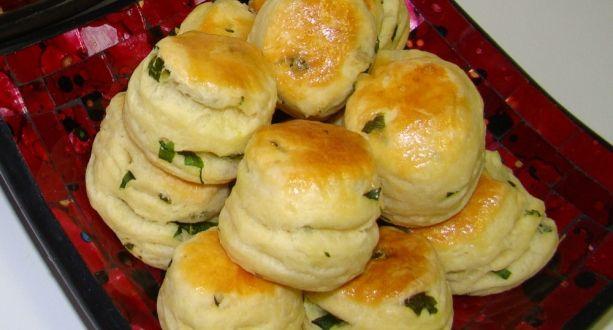 Medvehagymás pogácsa recept: Egy kiváló hajtogatott pogácsa recept egy kis szezonális különlegességgel, medvehagymával fűszerezve. http://aprosef.hu/medvehagymas_pogacsa