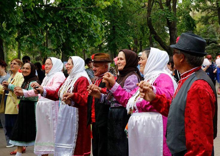 """Moldova Cumhuriyeti'ne bağlı özerk Gökoğuz Yeri'nde yaşamlarını sürdüren Oğuz boyuna mensup Gökoğuz Türkleri, Türkiye'nin hem Moldova hem de bölge ile olan ilişkilerinde adeta bir köprü vazifesi görüyor.   Tarihi kaynaklara göre 11. yüzyılda Karadeniz'in kuzeyi ve Balkanlara yerleşen """"Oğuz"""" boyuna mensup olan Gökoğuzlar, """"Gagavuz"""" ismiyle de tanınıyor.   Gökoğuz Yeri, 200 bin nüfusa sahip. Dünya genelinde ise 300 bin Gökoğuz'un yaşadığı tahmin ediliyor."""