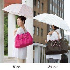 しばらく雨が続きますね 雨の日のおでかけにちょうどいい防水バッグカバーを買ってみました 撥水加工されていて バッグにすぽっとかぶせるだけで装着できて簡単です 持ち手もついてるので普段はエコバッグや荷物がサブバッグとして使ってます 使わないときは小さく丸めてバッグのポケットに入るので 常に持ち歩いて雨がふってきたら使うようにすると結構便利 ブランドバッグなど濡らしたくないやつには必需品ですよ