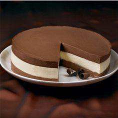 TORTA 3 MOUSSES, UMA SOBREMESA DELICIOSA!!! MOUSSES DE CHOCOLATE MEIO AMARGO, CHOCOLATE AO LEITE E CHOCOLATE BRANCO. http://cakepot.com.br/torta-3-mousses/