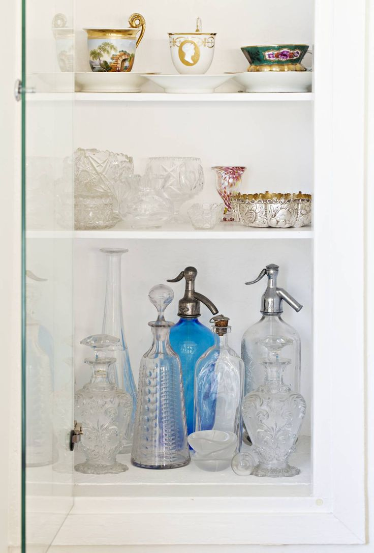 Kulmakaapissa on kokoelma vanhaa kristallia, hopeaa ja posliinia. Teekupit ovat perintöä isovanhemmilta. Kauniit sifonipullot ovat tukholmalaisesta antiikkikaupasta. Kristina kattaa kulhot ja karahvit usein juhlapöytään.
