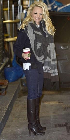 PAMELA ANDERSON Con unos jeans ajustados, top negro, botas altas y una bufanda estampada en gris, la estrella de la serie Baywatch hizo su entrada a los estudios ITV, en Londres, donde está entrenándose para participar en el reality Danciny on Ice.