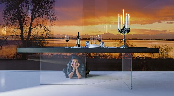 Design air table with black lacquered finish