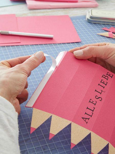 Kreative Verpackung– die tollsten Geschenke zum Schulanfang verstecken sich in einem gebastelten Geschenkstift bestempelt mit liebevollen Wünschen.