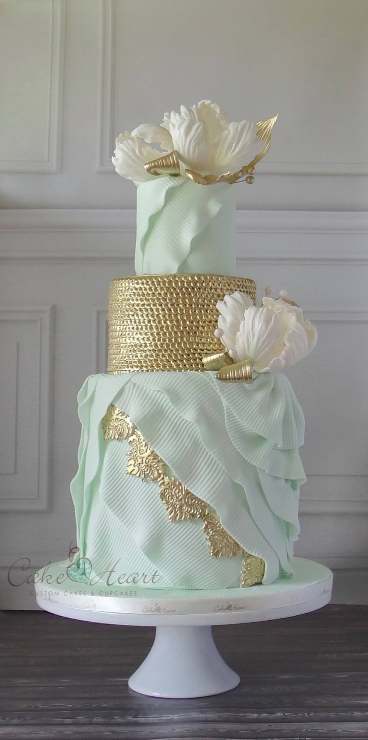 Gorgeous wedding cake by Cake Heart...I'm going to have to do a bit of research on this...ᘡղbᘠ