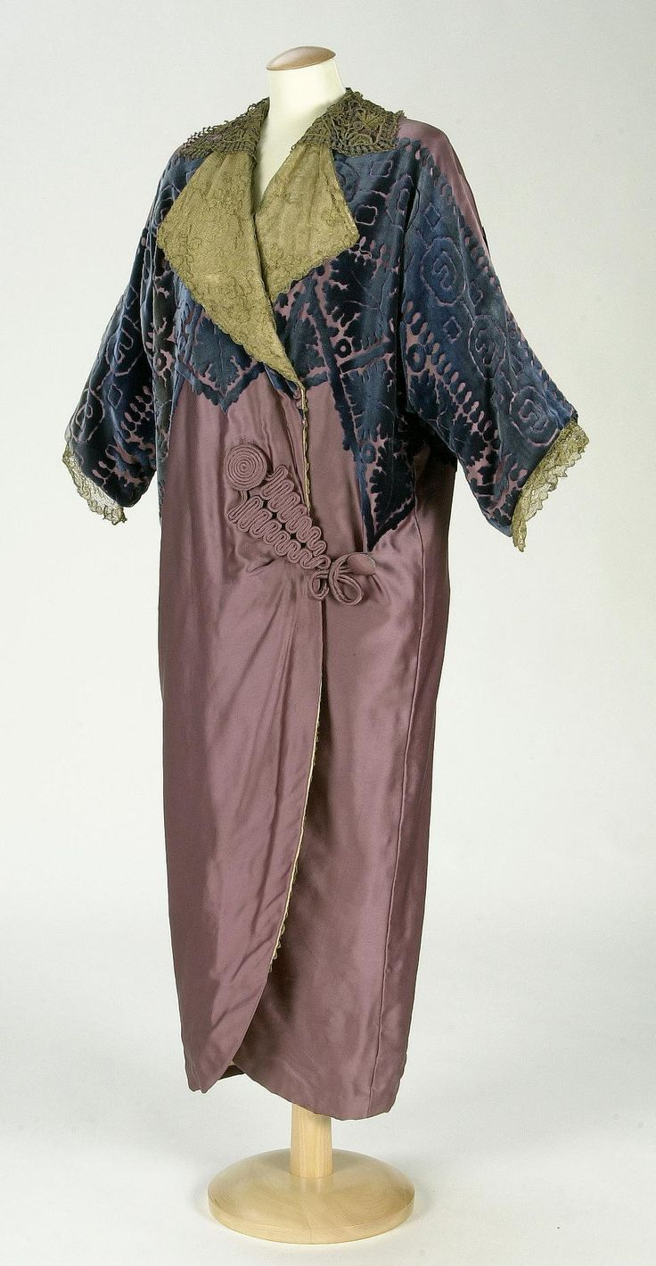 Coat, Mme. Renaud & Cie.: ca. 1910-1912, Spanish, silk velvet, silk satin lining, cotton interlining, blonde lace of metallic thread.