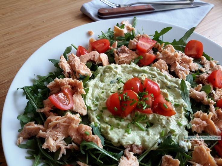 Een perfecte koolhydraatarme rucola salade met zalm, avocado en tomaat: veel goede vetten, behoorlijk wat eiwit en weinig koolhydraten.