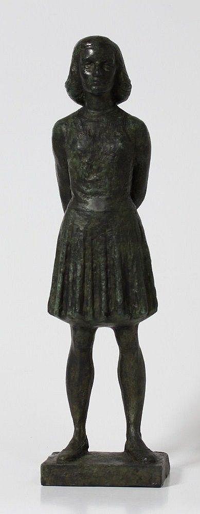 Pieter d'Hont (1917-1997) Een bronzen sculptuur van Anne Frank. De sculptuur is gegoten in de mal door d'Hont in opdracht van de Gemeente Utrecht en wordt periodiek uitgereikt aan een verdienstelijk persoon. Niet gesigneerd. Het origineel staat op het Janskerkhof te Utrecht en dateert uit 1960. Hoogte 42 cm.