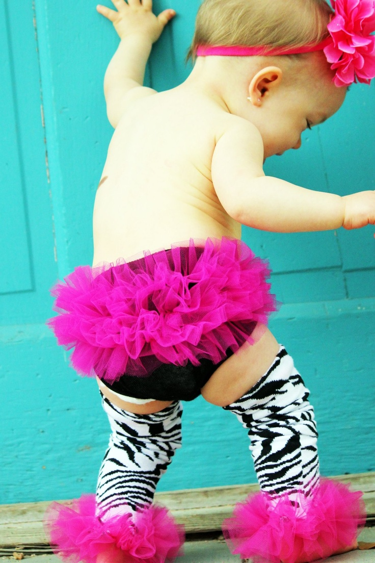 Oh my word!!! Any of my friends with baby girls, please dress her up like this. I <3 ruffle butts! And the matching ruffle anklets are over the top cute!